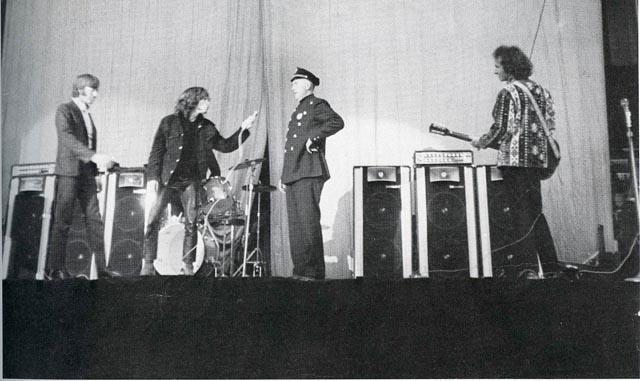 Jim Morrison - Detenido sobre el escenario